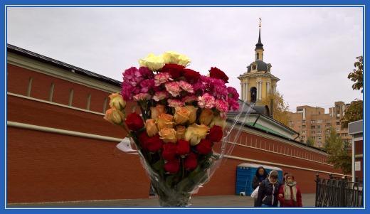 Цветы, розы и гвоздики, к мощам святой Матроны