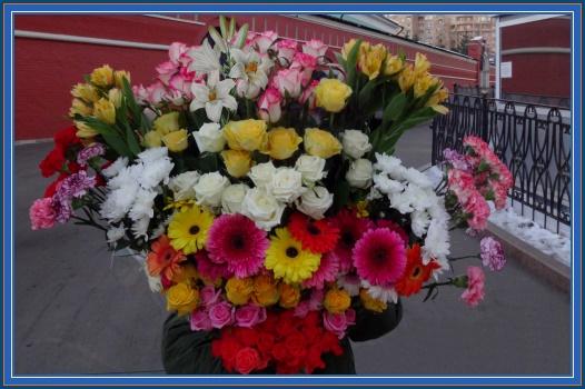 Цветы к мощам святой Матроны, розы, герберы, хризонтемы