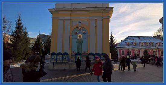 Колокольня Покровского монастыря, ростовая икона блаженной Матроны