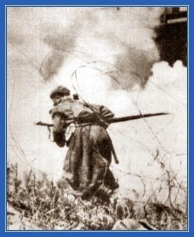 Солдат на войне, в бою
