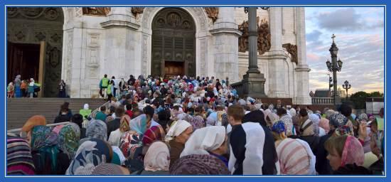 У входа в Храм Христа Спасителя