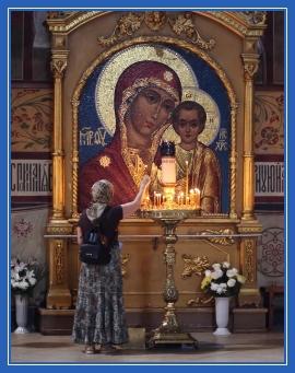 Пред Казанской иконой Божией Матери, в храме, свечи