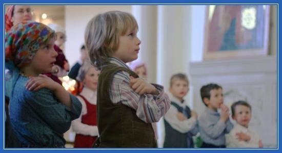 Дети в храме перед причащением
