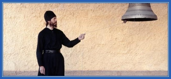 Послушник, монах, монастырь, колокол, звон