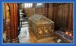 Гробница в храме, преподобная Геновефа