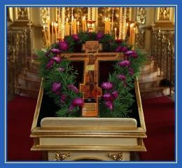 Крест на средине храма, Распятие