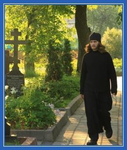 Послушник, монах, кладбище