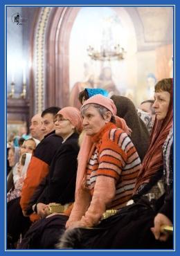 В храме, молящиеся, храм