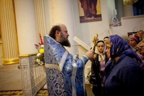 После причастия можно ли целовать руку священника и иконы?