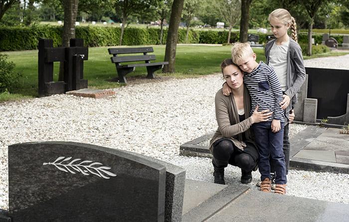 Мама с детьми на могиле