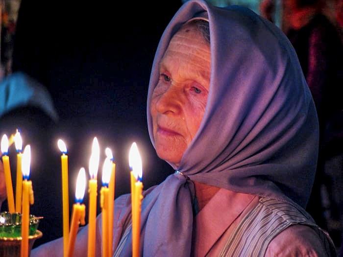 Материнская молитва. В храме