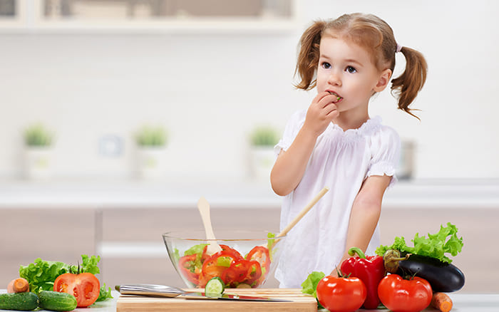 Ребенок на кухне. Пост