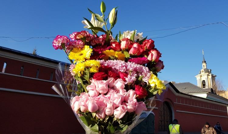 Цветы к мощам блаженной Матроны Московской