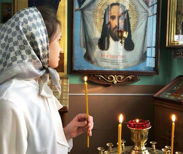 Девушка в храме. Свеча, подсвечник