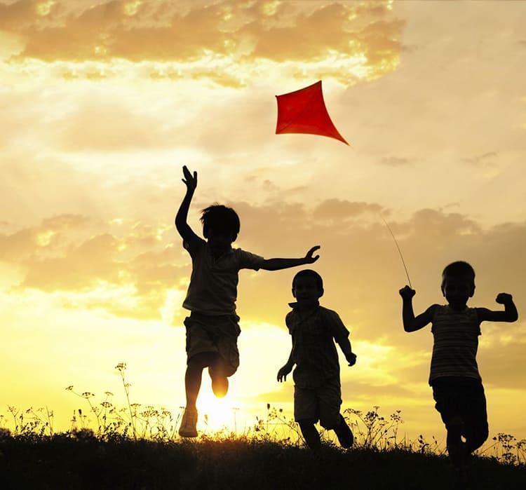 дети играют на улице, воздушный змей