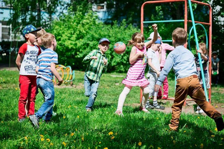 Детские игры. Дети играют в мяч