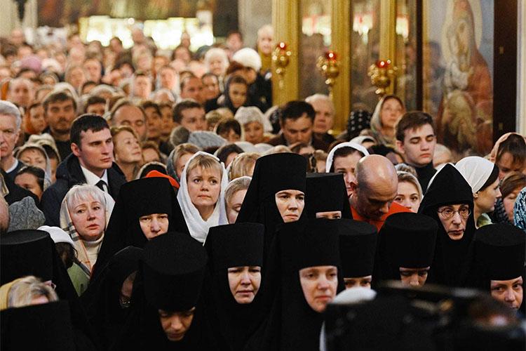 Молящиеся в храме. Монахини