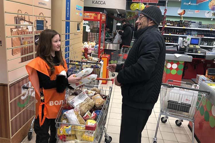 Сбор продуктов в магазинах. Волонтер