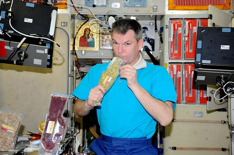 Космонавт принимает пищу