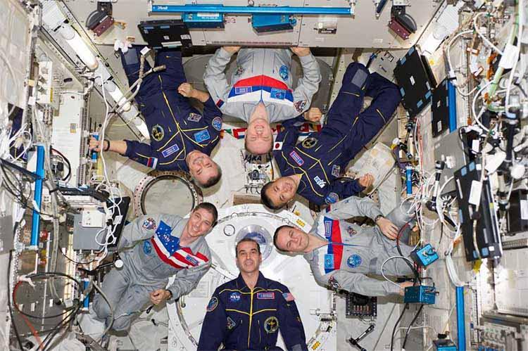 Космонавты на космической станции