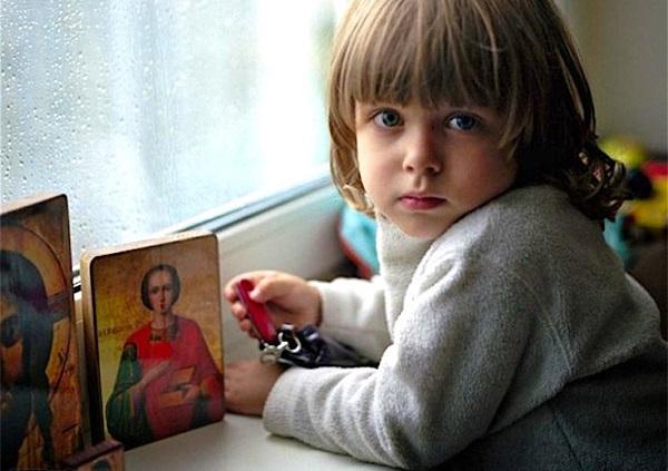 Мальчик пред иконами