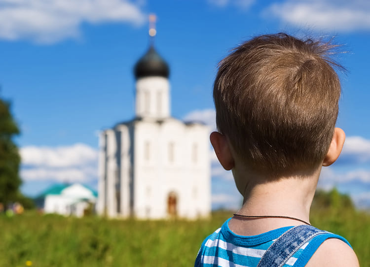 Мальчик у храма