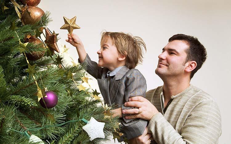 Папа с ребенком у елки