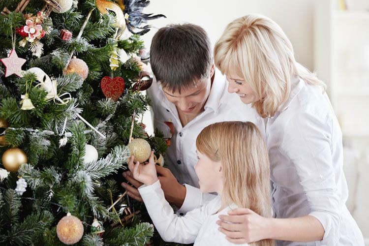 Папа, мама и дочка у елки