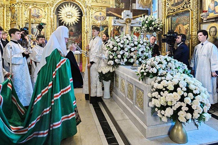 Патриарх Кирилл у гробницы Патриарха Алексия II