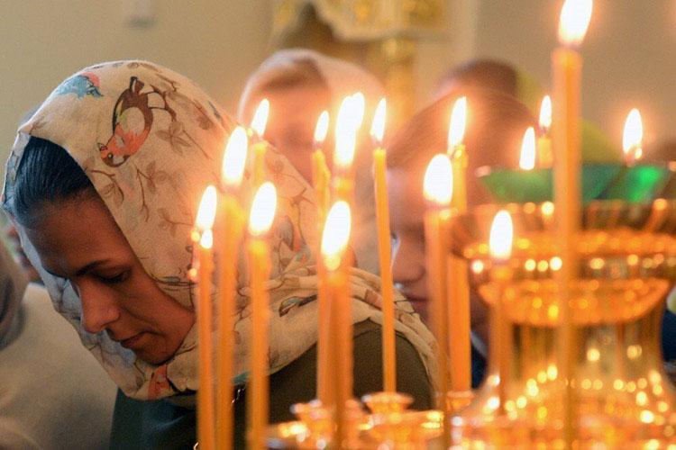 Подсвечник. Православная женщина в храме