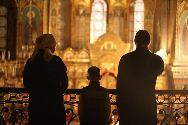 В храме. Семья
