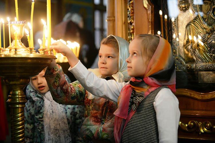 Дети в храме. Свечки