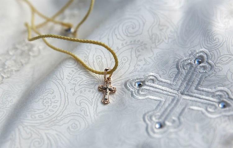 Одежда и крестик на крестины