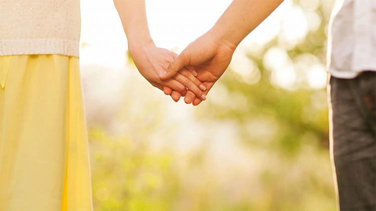 Парень с девушкой за руки