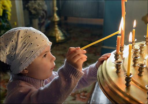Девочка в храме со свечкой