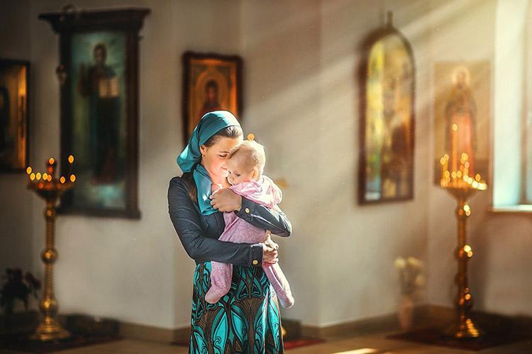 Мама с ребенком в храме