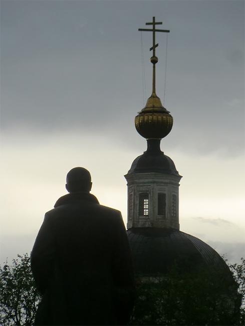 Парень перед храмом