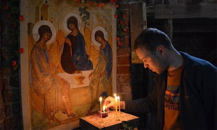 Перед иконой Всесвятой Троицы