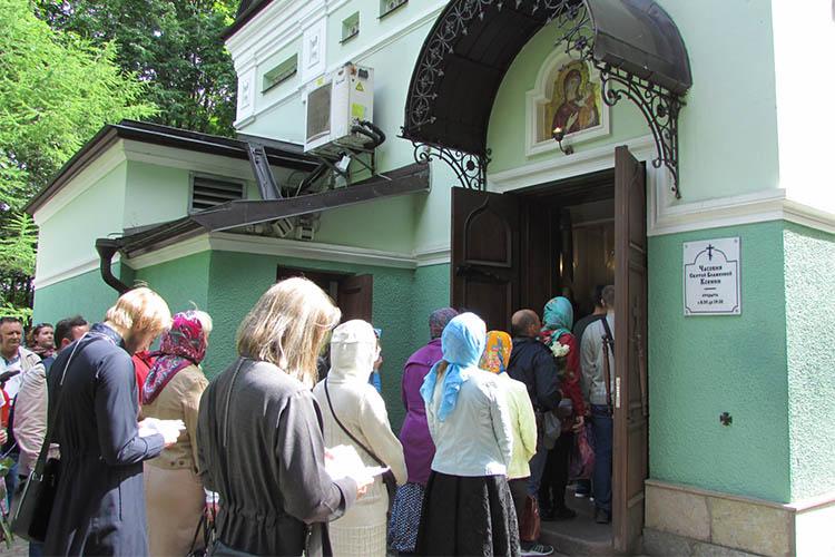 У часовни Ксении Петербургской
