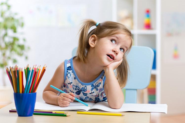 Девочка за письменным столом