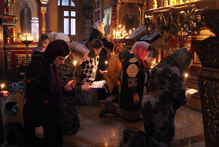 Коленопреклоненно молятся собравшиеся
