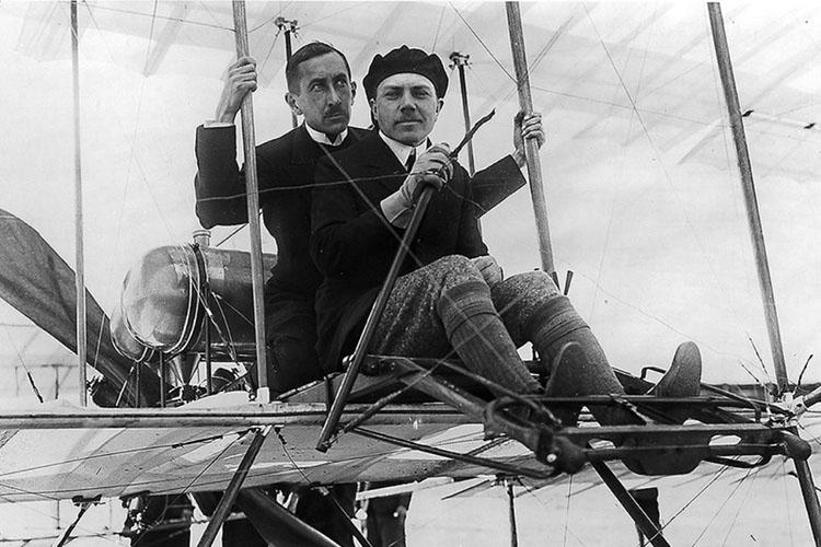 Лётчики Попов и Ефимов во время полётов во Франции, 1910 год