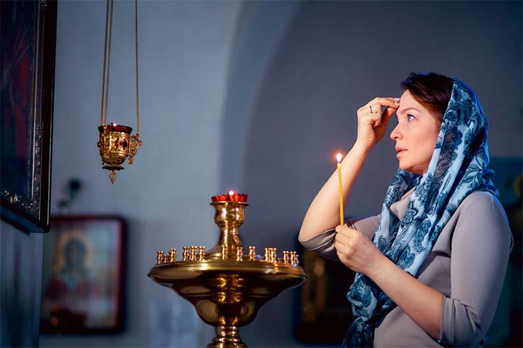 Молится в церкви
