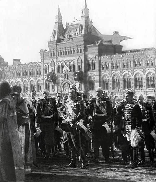 Николай II принимает участие в торжественном молебне на Красной площади