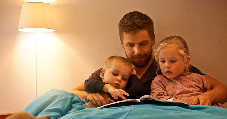 Отец читает детям