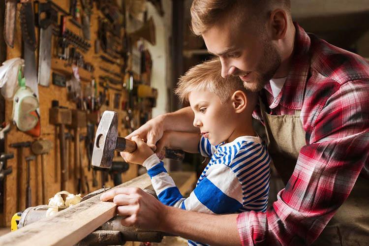 Отец с сыном в мастерской