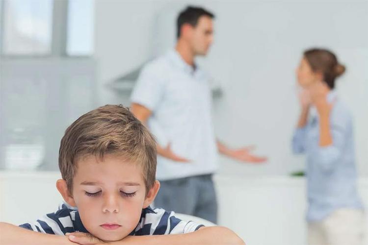 Ребенок и родители на заднем плане