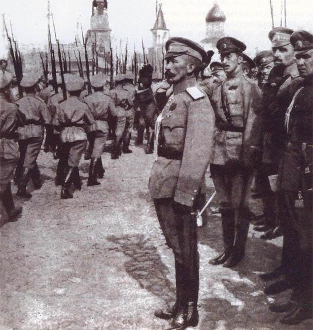 Главнокомандующий принимает смотр юнкеров, 1917 г.
