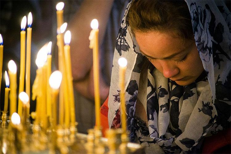 Молится в храме