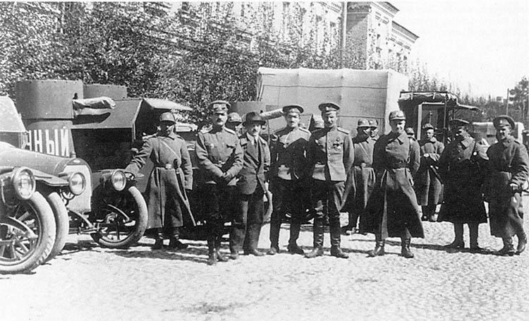 Офицеры и солдаты 15-го автопулеметного взвода перед отправкой на фронт.